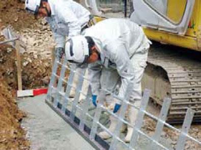 枠型の施工手順2 底辺調整金物に1段目の鋼製枠を取付け
