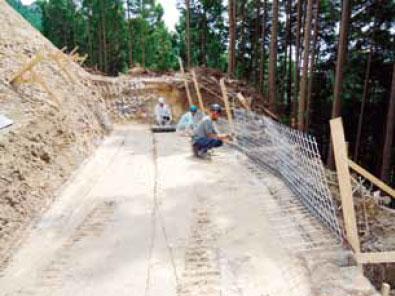 枠型の施工手順1 最下段鋼製網設置