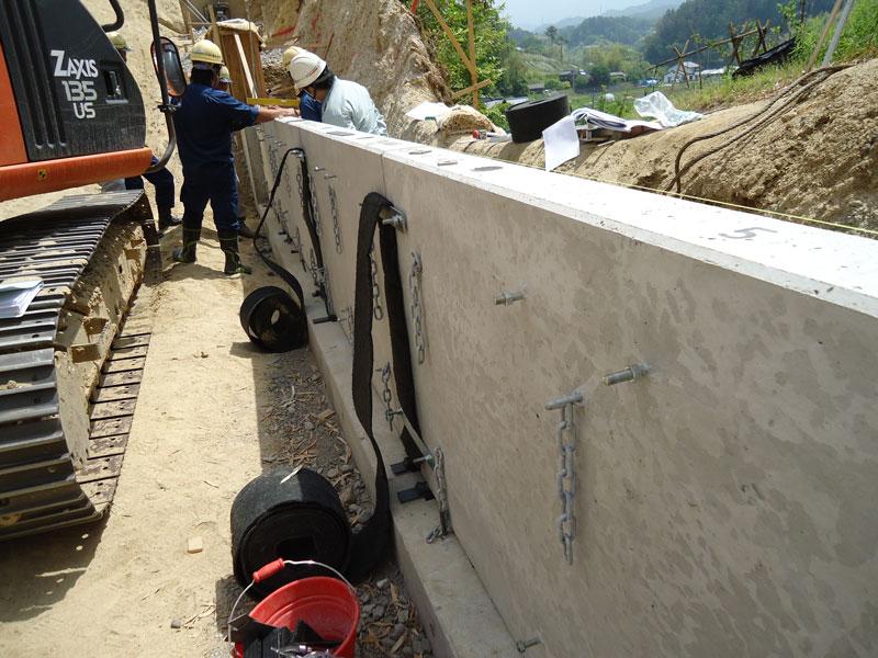 コンクリートパネル仕様の施工手順3 通水防砂材・連結金物取付